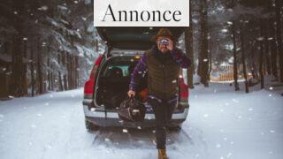 Mand foran sin bil i snevejr